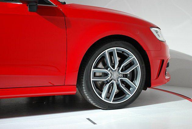 S3 Sportback配備十輻式跑車風格輕量化鋁圈,懸吊也改跑車化懸吊。 記者...