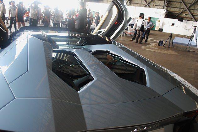 引擎蓋也是碳纖維打造。 記者趙惠群/攝影