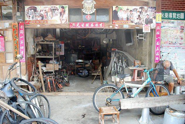 菁寮自行車店與午休的老人。 記者趙惠群/攝影