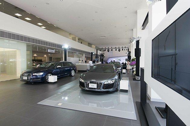 全新Audi中和3S全方位多功能展示暨服務中心總佔地面積近千坪,可同時容納展示多...