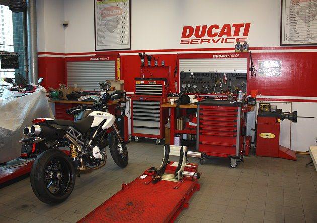 Ducati台北旗鑑店的技師上課地點以及維修區域。 記者林和謙/攝影