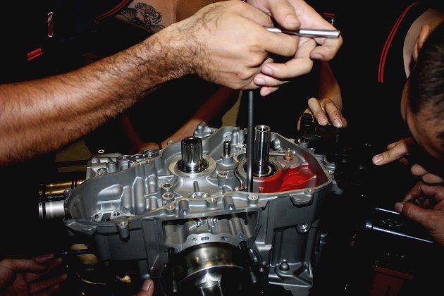 技師們拆解Superquadro引擎。 記者林和謙/攝影