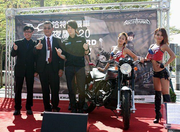 張傑(左三)擔任哈特佛年度代言人。 記者林和謙/攝影