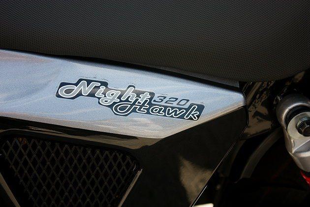 車身側邊Night Hawk320字樣。 記者林和謙/攝影
