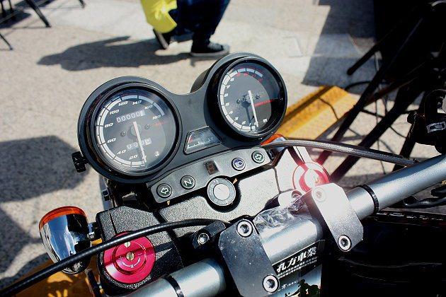 雙環儀表板設計簡約俐落。 記者林和謙/攝影