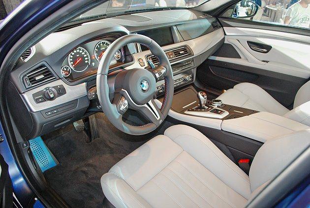 BMW M5內裝有真皮包覆方向盤,並有鋁質錔板,還有M款的排檔桿。 記者趙惠群/...