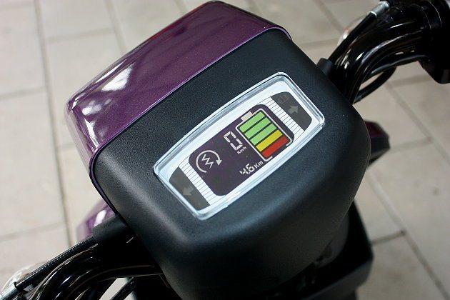 彩色液晶儀表板可顯示車子電量與充電提醒。 記者林和謙/攝影
