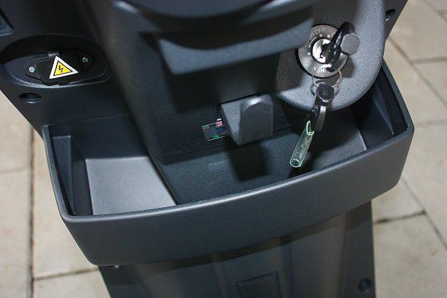 置杯架、掛勾設計,實用方便,左上方為外接充電器。 記者林和謙/攝影