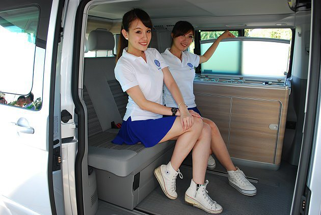 隨車配備活動式車內摺疊桌、水槽和爐具等。 記者趙惠群/攝影