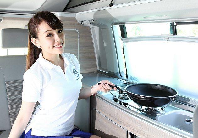 車內有全功能廚房炊事設備。 福斯商旅提供