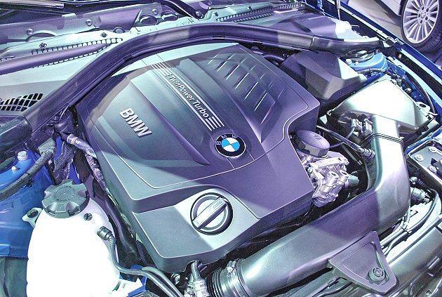台灣導入兩套結合TwinPower渦輪增壓汽油動力,圖為435i的直6引擎。 記...