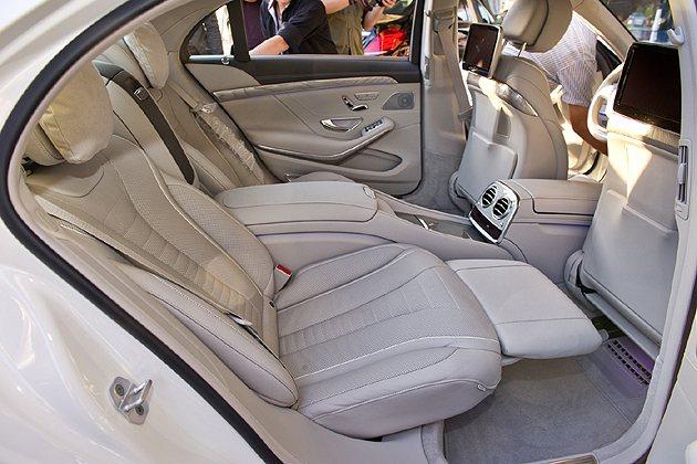 S 400 L 與S 500 L 車型以標配的商務艙套件。 蔡志宇
