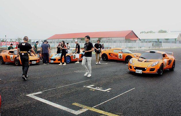 車輛票選活動,車主與家屬們穿梭在Lotus跑車選出心儀車款。 記者林和謙/攝影