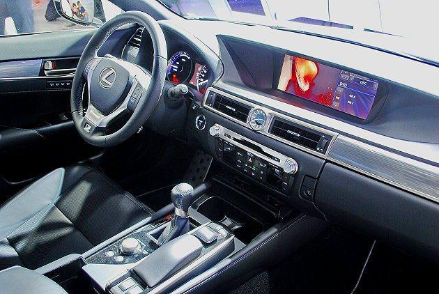 GS 300h內裝維持日系車一貫的精緻細膩,以真皮搭配軟質塑料和深色原木組合,中...