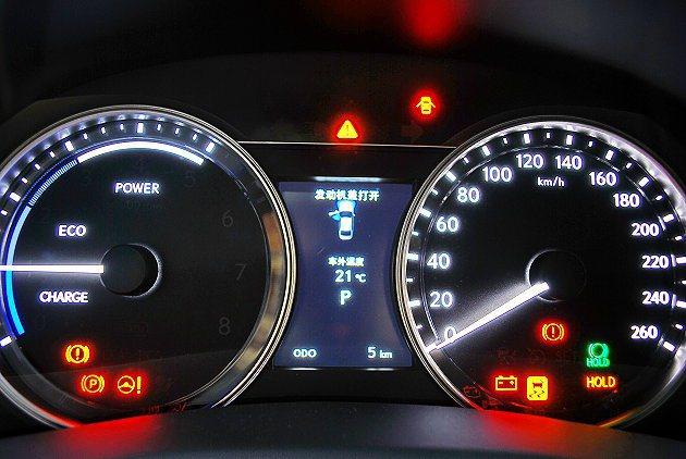 GS 300h雙環儀表顯示能源運轉狀態,中央是多功能行車資訊顯示幕。 記者趙惠群...