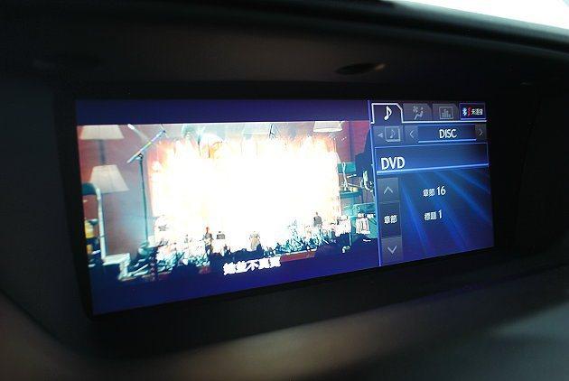 頂級車中控台有大型雙顯螢幕。 記者趙惠群/攝影