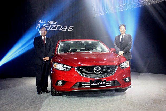 Mazda執行董事暨中國事業本部本部長渡部宣彥(左)與MAZDA TAIWAN執...