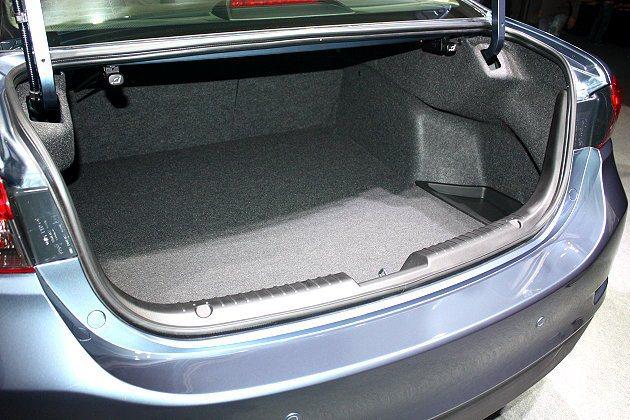 行李箱容量477公升,利用6/4分離的後座椅背,可創造更大的置物空間。 記者林和...