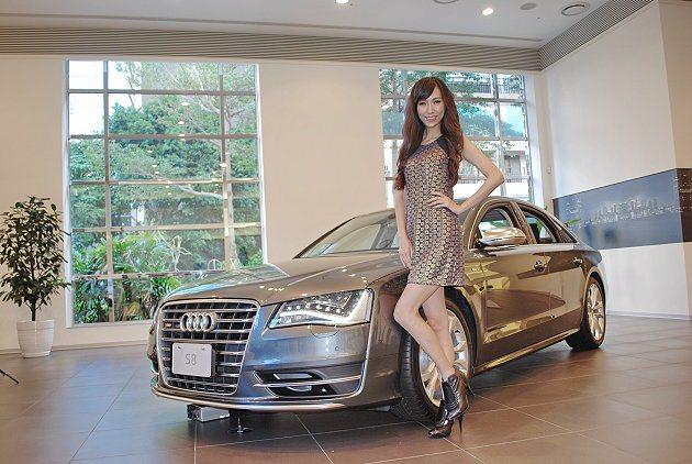 Model邱偲亞與S8。 記者趙惠群/攝影