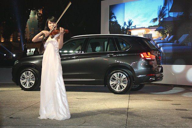 專業小提琴手演出。 記者林和謙/攝影