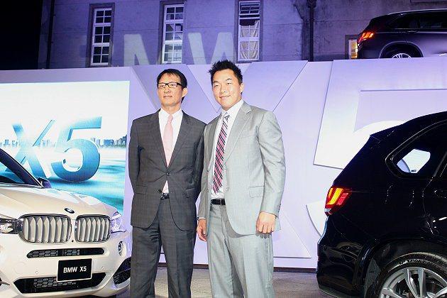 郭泓志(右)擔任神秘嘉賓,左為汎德總經理杜黃旭。 記者林和謙/攝影
