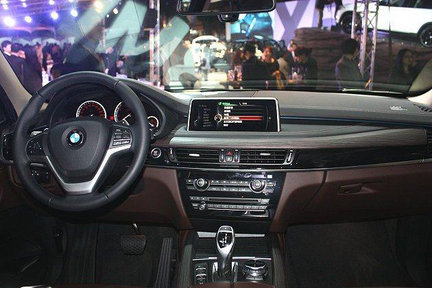 X5 xDrive50i、X5 xDriveM50d另標準配備10.25吋iDr...