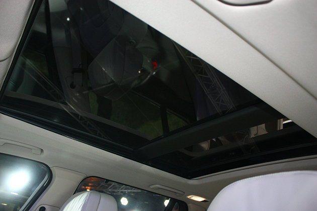 X5 xDrive50i、X5 xDriveM50d車型標配大型天窗。 記者林和...