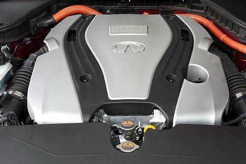 Infiniti在台首部油電車 Q50搭名模車展前演繹