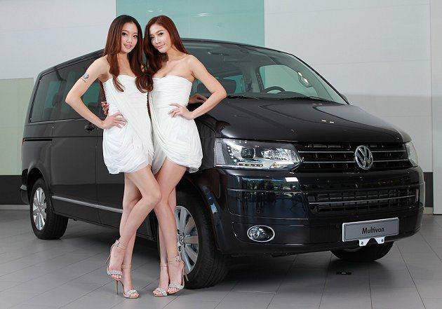 右為有「小熊黛林」美稱的多利安名模呂妍甄,身高175cm;左為2012香港亞洲小...