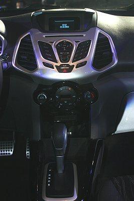 SYNC中文娛樂通訊整合系統,介面採用中控台上方藍色冷光顯示幕。 記者林和謙/攝...