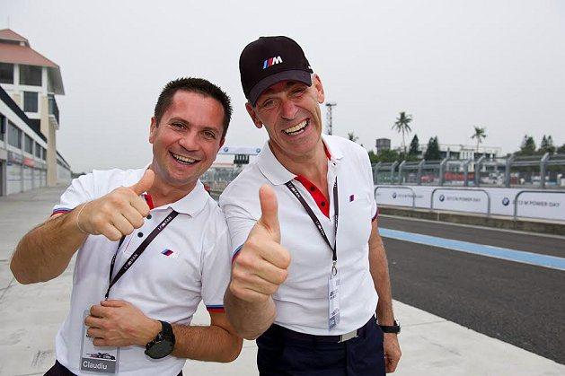 BMW原廠駕訓教練Fritz Lanio(右)與Claudiu David(左)...