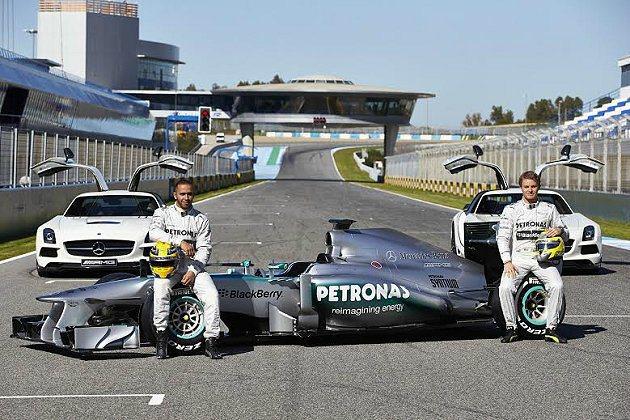 F1 Mercedes車隊車手Nico Rosberg(右)與Lewis Ham...