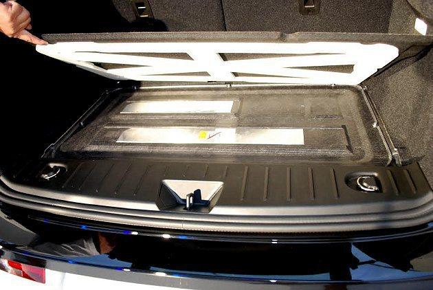 i3行李廂地板下方可見電池模組,方便更換維修。 記者趙惠群/攝影