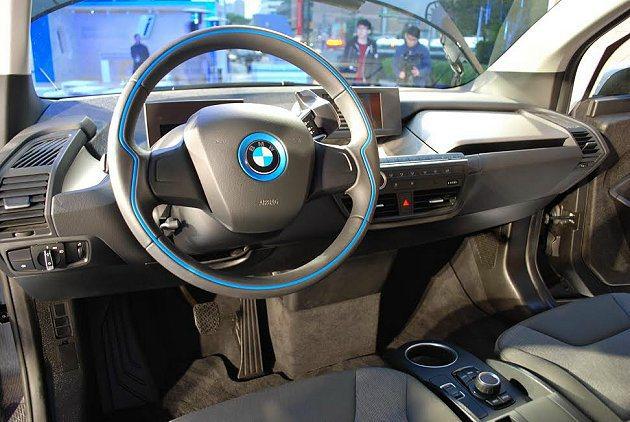 i3所有操控界面都整合在方向盤前方的搖桿上。 記者趙惠群/攝影