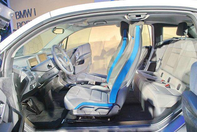 i3薄型化座椅椅面織布採麻布等天然材質製造。 記者趙惠群/攝影