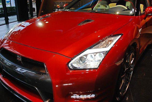 2015年式GT-R換上LED頭燈並有LED閃電造型燈眉。 記者趙惠群/攝影