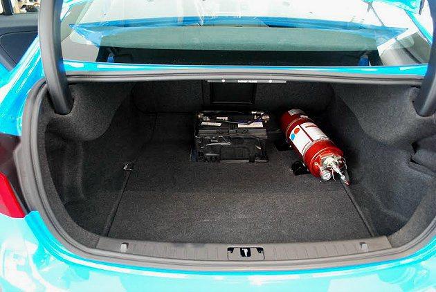 行李廂內安裝氮氣瓶和增壓裝置。 記者趙惠群/攝影