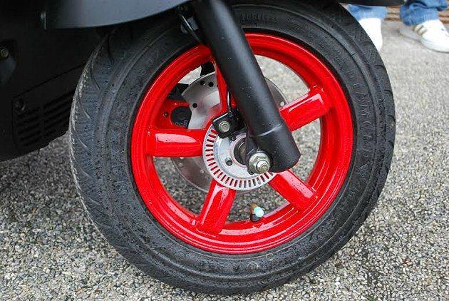 Tigra 150 ABS輪圈的紅色塗裝。 記者趙惠群/攝影