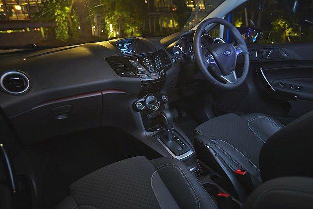 全新Fiesta內裝維持原有的出色設計之外,做了局部調整,中控台控制按鍵皆採冰藍...