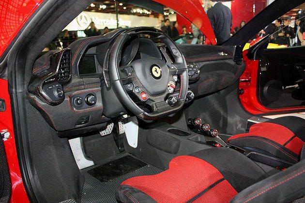 458 Speciale駕駛艙呈現鮮明的賽車風格,完全採用簡約設計。 記者林和謙...