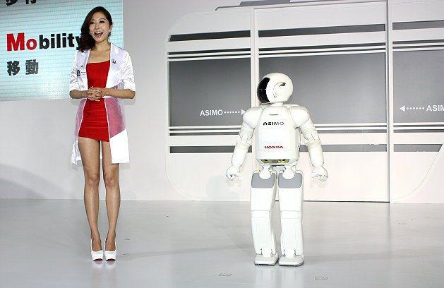 美麗大方的名模何昭慶(左)擔任主持人,Asimo機器人與主持人互動。 記者林和謙...