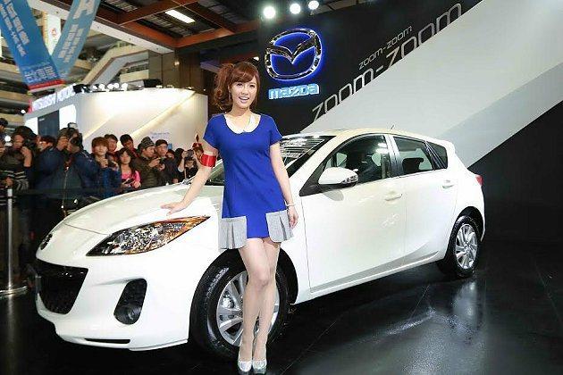 大元蒞臨現場與車迷互動,炒熱現場人氣買氣。 Mazda提供