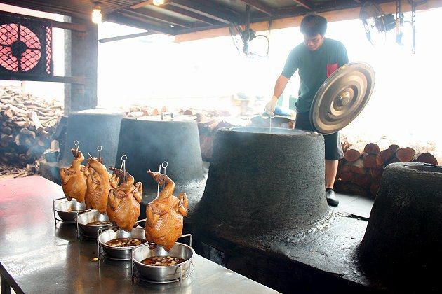 準備下甕窯去烤的雞,烤出來香味四溢、口感極佳。 記者林和謙