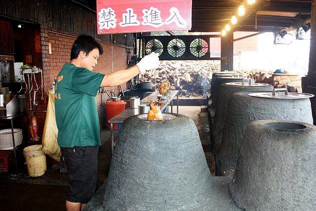 師傅忙著烤香噴噴的雞。 記者林和謙