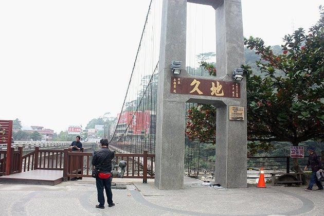 阿里山入口處的「觸口」,這兒龍隱寺廟前有座吊橋叫做「天長地久橋」,命名相當有趣。...