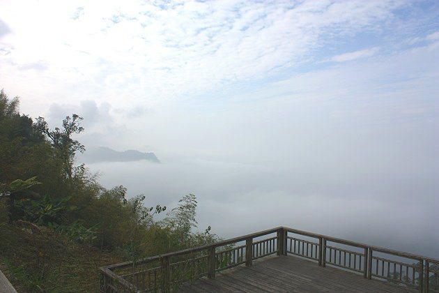 二延平山步道旁的觀景平台也有不錯視野。 記者林和謙