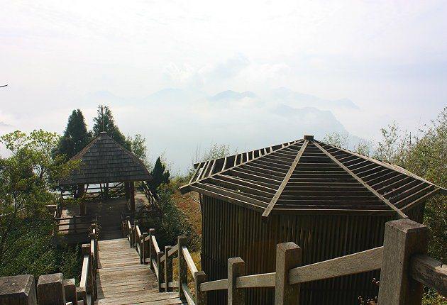 二延平步道中段的設有涼亭休憩區與觀景台,可眺望遠方山巒。 記者林和謙