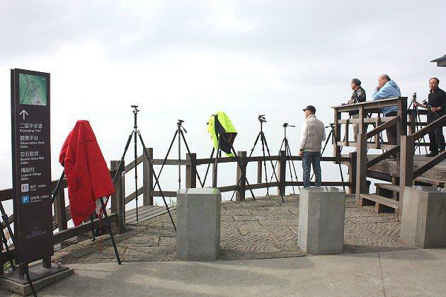 二延平步道頂有許多攝影玩家等著捕捉美麗的雲海景色。 記者林和謙