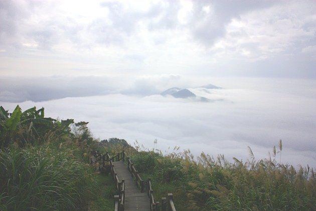 當雲海繚繞前方以及週遭山巒時,山頂就好像浮在海上的小島。 記者林和謙