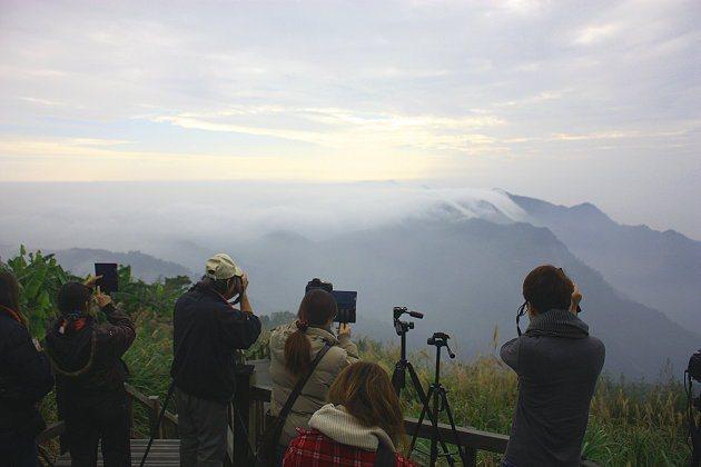 遊客忙著捕捉瞬間的雲海美景。 記者林和謙